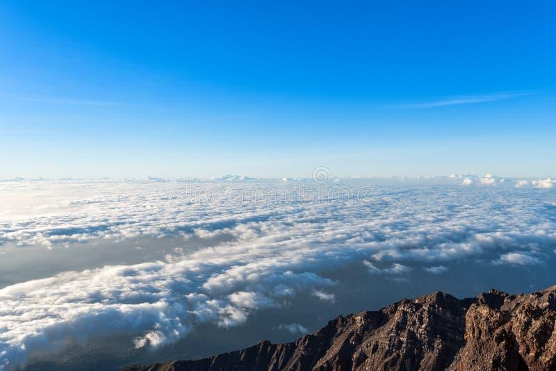 Vista chiaramente del cielo sopra la nuvola ad alba dalla sommità del supporto Rinjani, isola di Lombok, Indonesia fotografie stock