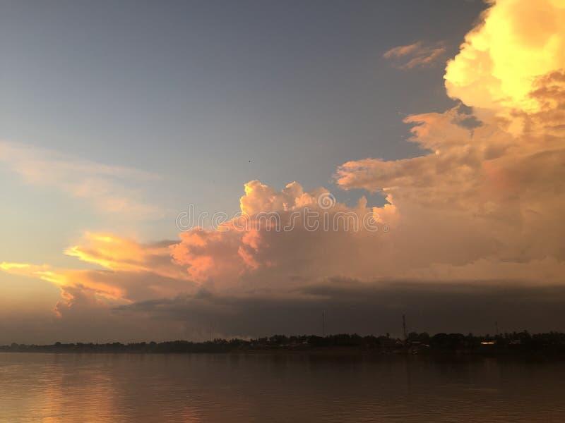 Vista, cielo e nuvole del fiume immagine stock