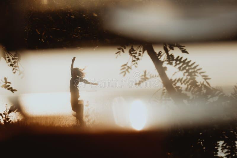 Vista cinematográfica na silhueta da mulher na dança do vestido no coa imagens de stock royalty free