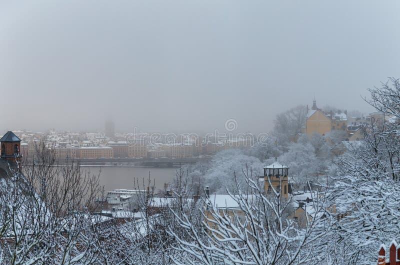 Vista clássica da Suécia de Éstocolmo e da cidade velha atrás da ponte em um dia de inverno foto de stock royalty free