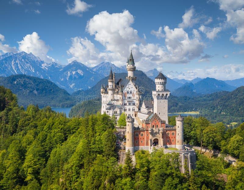 Vista clássica do castelo de Neuschwanstein, Baviera, Alemanha fotos de stock royalty free