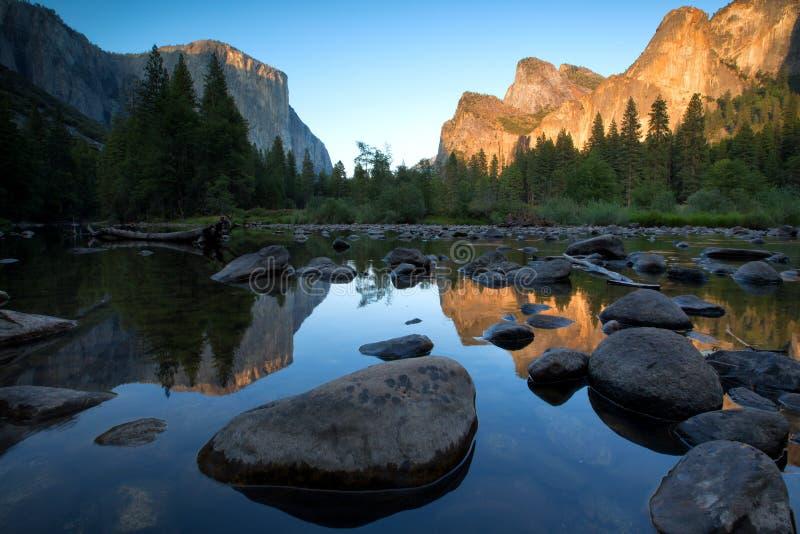 Vista clássica do vale cênico de Yosemite em um dia ensolarado com azul fotografia de stock