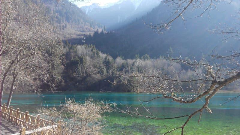 Vista clara del agua quebradiza azul del lago hermoso con escena de la montaña fotografía de archivo