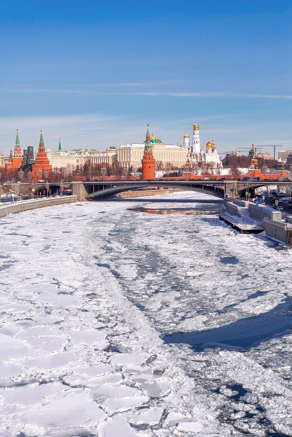 Vista classica del Cremlino di Mosca  Inverno, neve e ghiaccio  fotografie stock