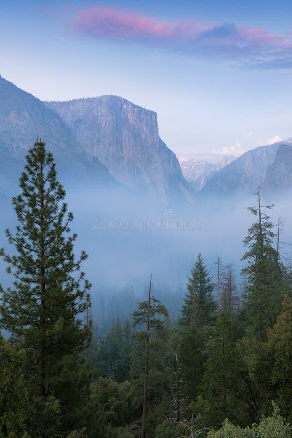 Vista classica del tunnel della valle scenica di Yosemite con il EL famoso Capitan e delle sommità di arrampicata della cupola di fotografia stock