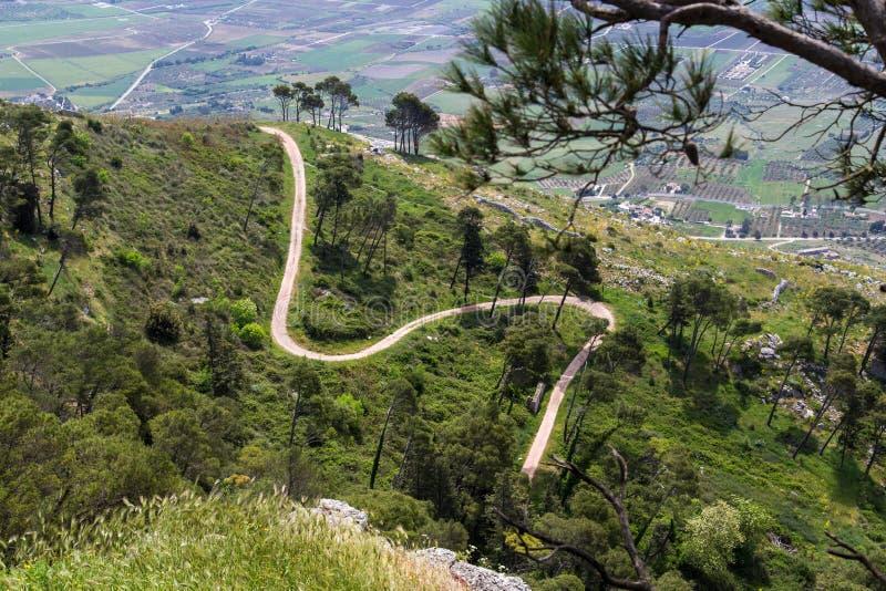 Vista collinosa su una strada di bobina su Erice vicino a Trapani immagine stock libera da diritti