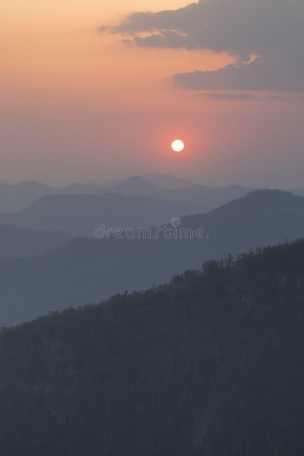 Vista Colourful di tramonto dal punto di vista del tophill di Bandipur fotografie stock