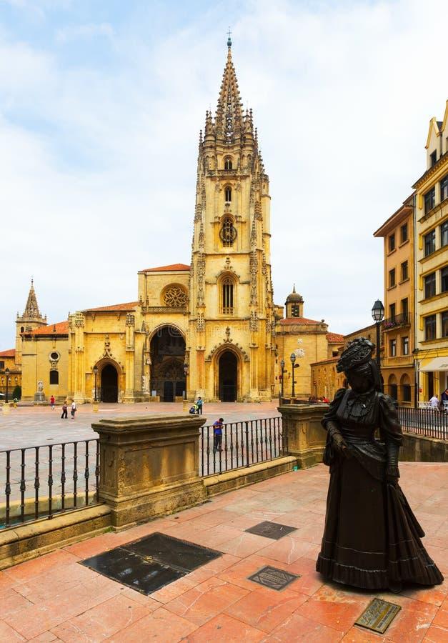 Vista com catedral de Oviedo fotos de stock royalty free