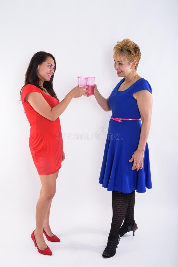 Vista completa di profilo del colpo del corpo della donna e del youn asiatici senior felici immagine stock