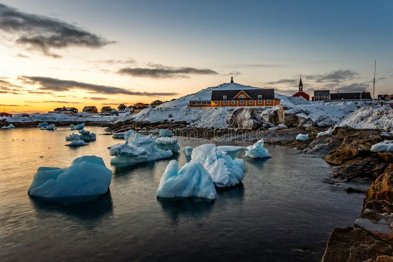 Vista con gli iceberg di spostamento, G di tramonto del fiordo del porto della città di Nuuk vecchia fotografia stock