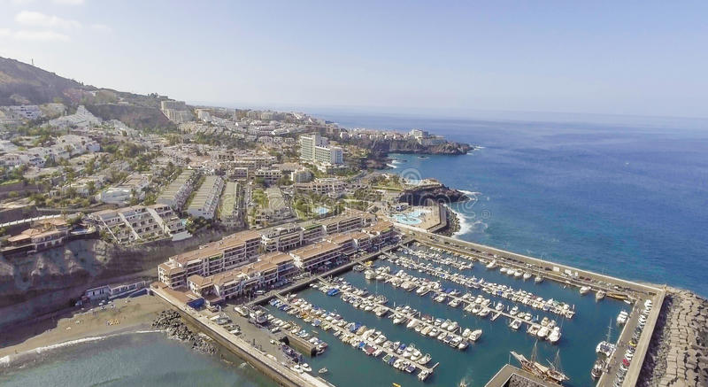 Vista costera aérea del puerto y de los botes pequeños foto de archivo