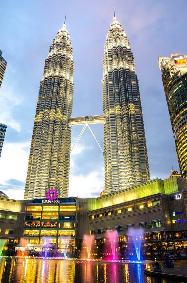 Vista crepuscular de la alameda en la capital malasia, Kuala Lumpur de las torres gemelas y de Suria de Petronas fotografía de archivo