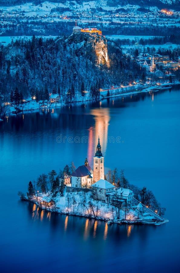 Vista crepuscular del lago sangrada con la isla sangrada y el castillo sangrado en invierno, Eslovenia fotos de archivo