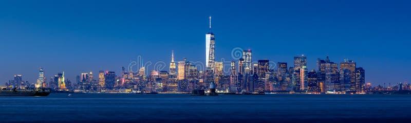 Vista crepuscular panorâmico do Lower Manhattan do porto de New York City imagem de stock royalty free