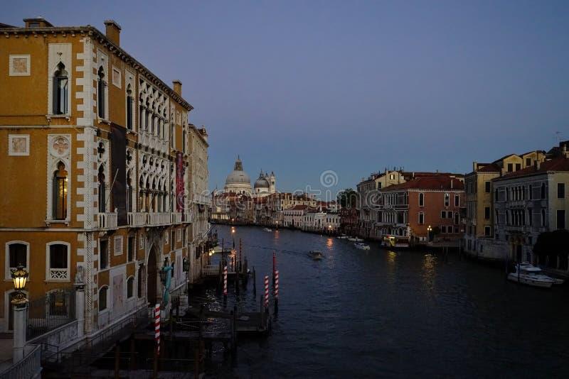 Vista crepuscular sobre Grand Canal da ponte da academia imagens de stock
