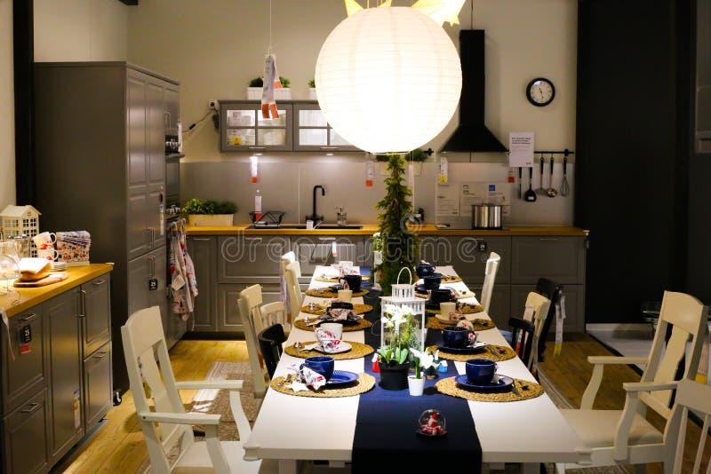 Vista in cucina con decorazioni natalizie in un negozio svedese di mobili IKEA immagine stock libera da diritti