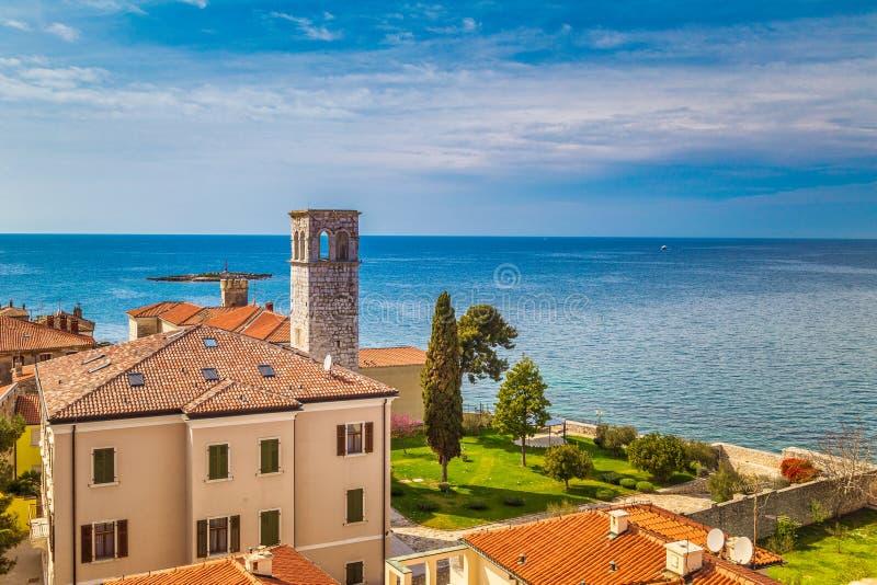 Vista d'alto livello della città e del mare di Porec, Croazia immagine stock libera da diritti