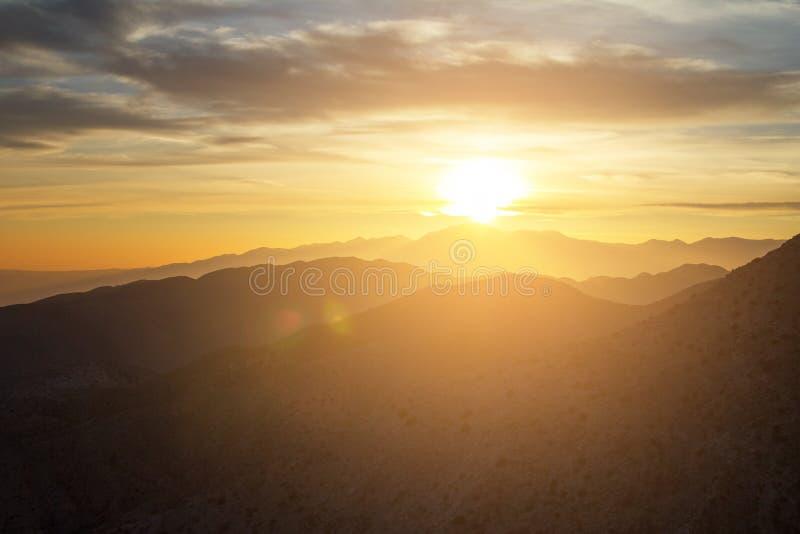 Vista d'ardore di tramonto sopra il paesaggio della montagna del deserto di Joshua immagini stock