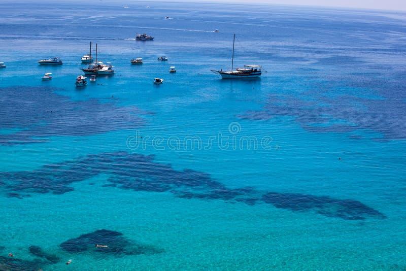Vista da água de turquesa no mar de Lampedusa fotografia de stock