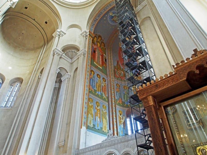 Vista da abóbada da catedral da trindade santamente em Tbilisi do interior do templo fotografia de stock royalty free