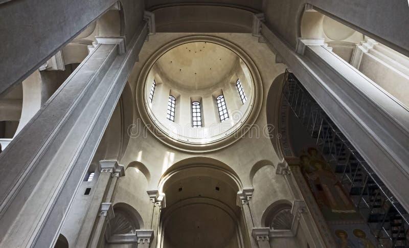 Vista da abóbada da catedral da trindade santamente em Tbilisi do interior do templo imagens de stock royalty free