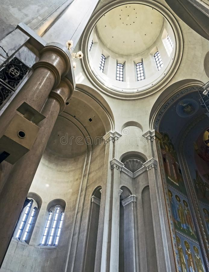 Vista da abóbada da catedral da trindade santamente em Tbilisi do interior do templo imagem de stock