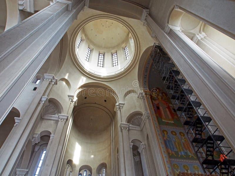 Vista da abóbada da catedral da trindade santamente em Tbilisi do interior do templo fotografia de stock