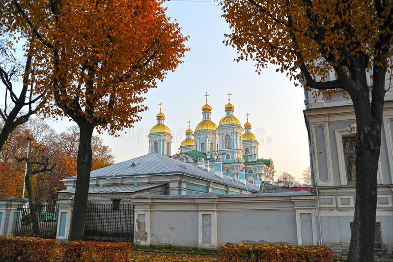 Vista da abóbada de St Nicholas Cathedral em St Petersburg fotos de stock