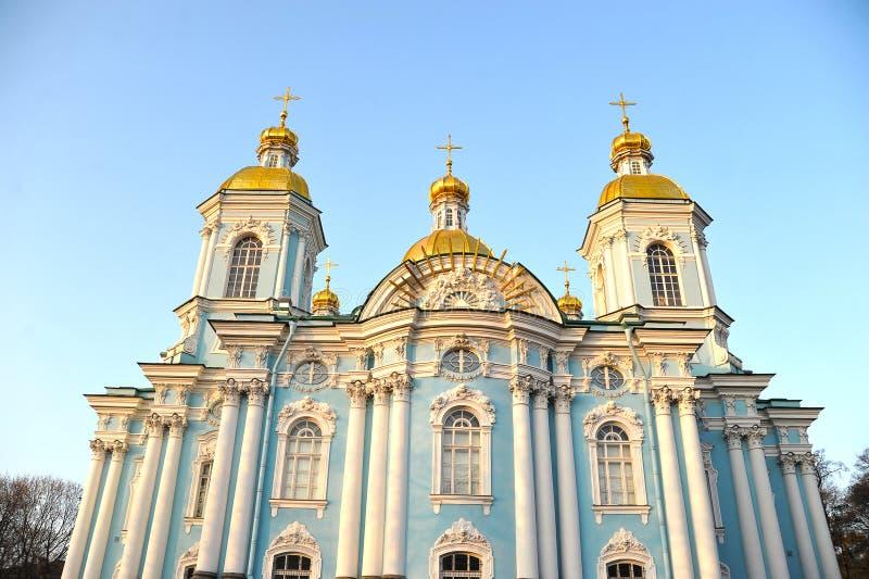 Vista da abóbada de St Nicholas Cathedral em St Petersburg fotos de stock royalty free