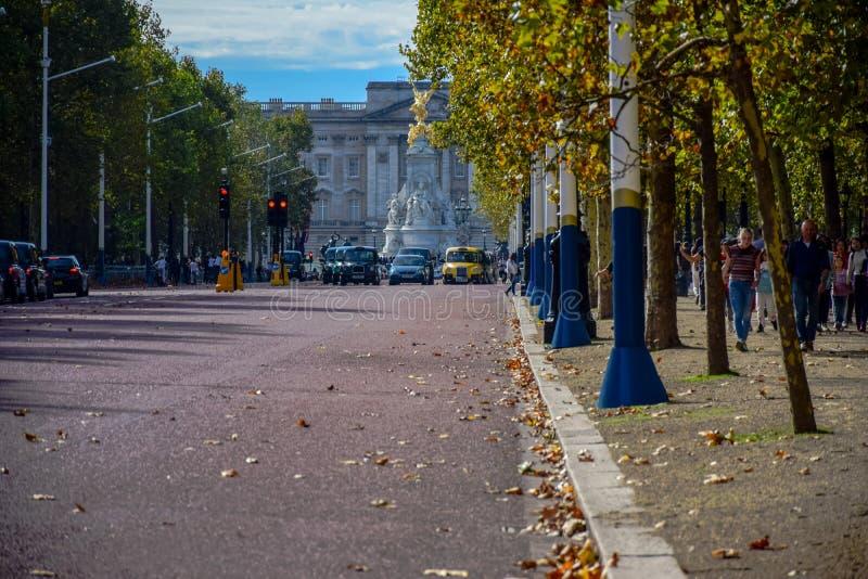 A vista da alameda conduz ao Buckingham Palace em Londres, Reino Unido foto de stock royalty free