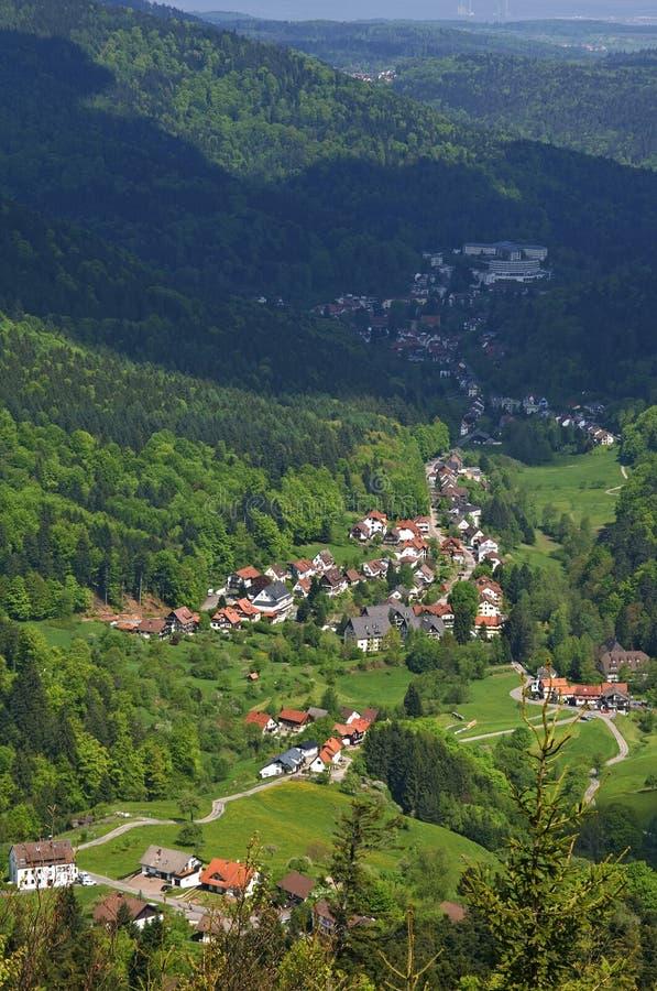 Vista da aldeia da montanha de Dobel na Floresta Negra imagem de stock