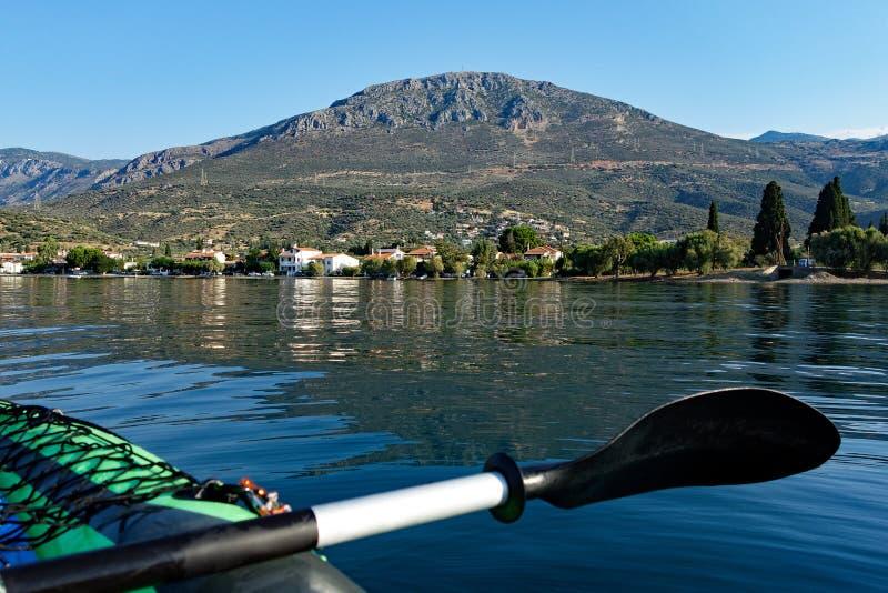Vista da aldeia piscatória pequena da baía do Golfo de Corinto, Grécia fotografia de stock royalty free