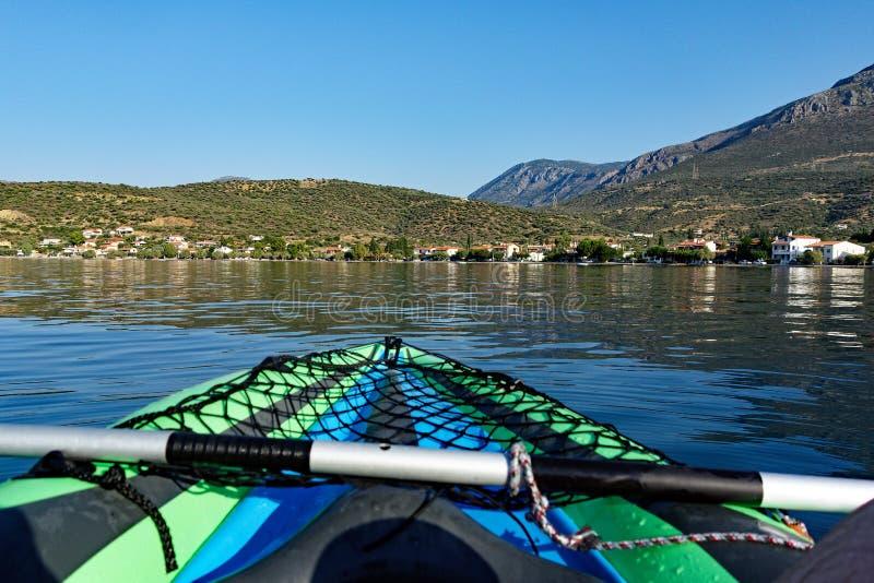 Vista da aldeia piscatória pequena da baía do Golfo de Corinto, Grécia fotografia de stock
