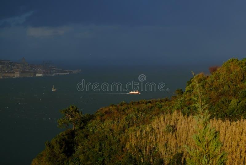 Vista da Almada, Portogallo immagini stock