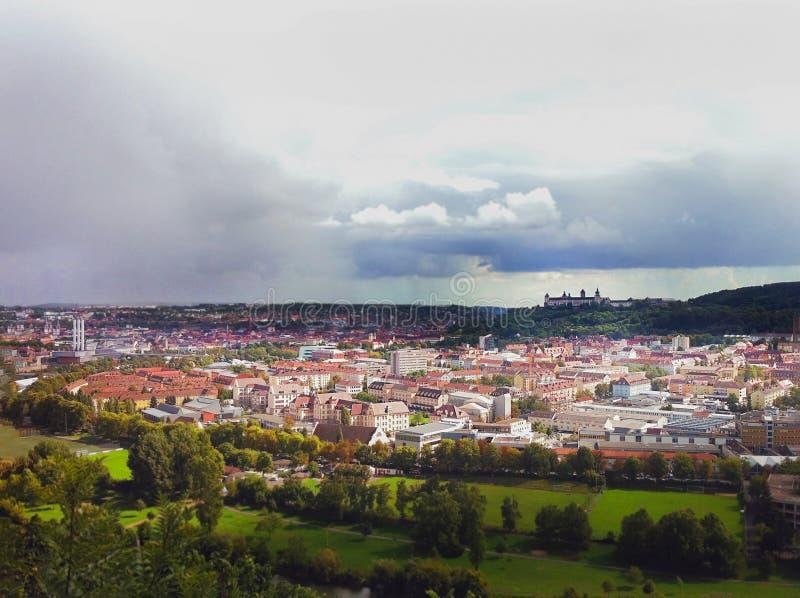 Vista da altura da cidade europeia Um castelo antigo na distância nas nuvens thunderstorm imagens de stock