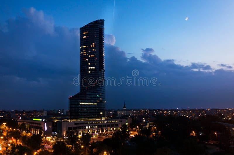 Vista da altura da cidade Wroclaw, céu noturno urbano, arquitetura moderna, arranha-céus imagem de stock