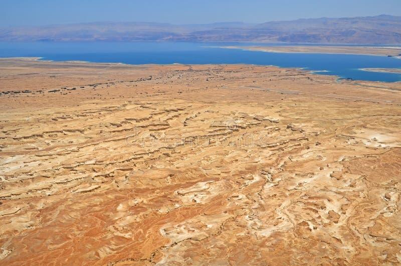 vista da altura do Mar Morto em Israel e das montanhas de Jordânia a formação de cársico trenches no deserto de Judean imagem de stock royalty free