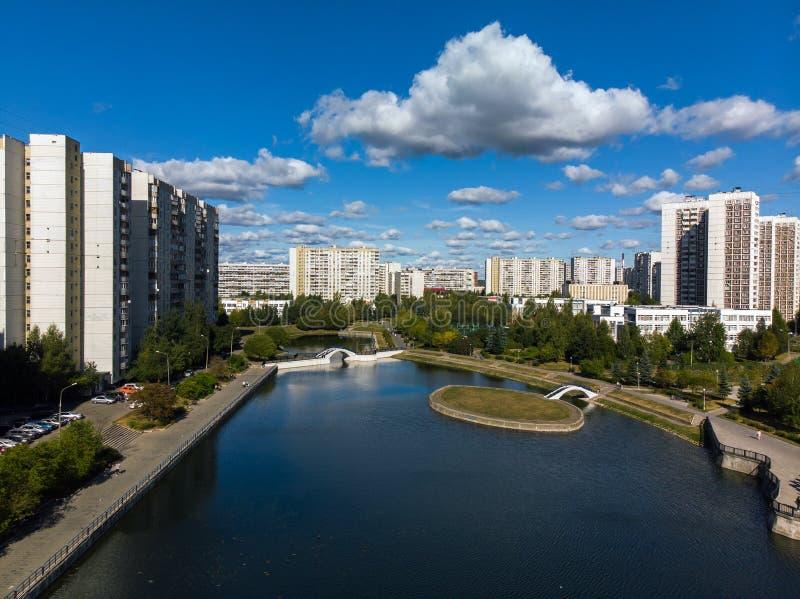 vista da altura da lagoa e das casas da cidade em Zelenograd em Moscou, Rússia imagens de stock