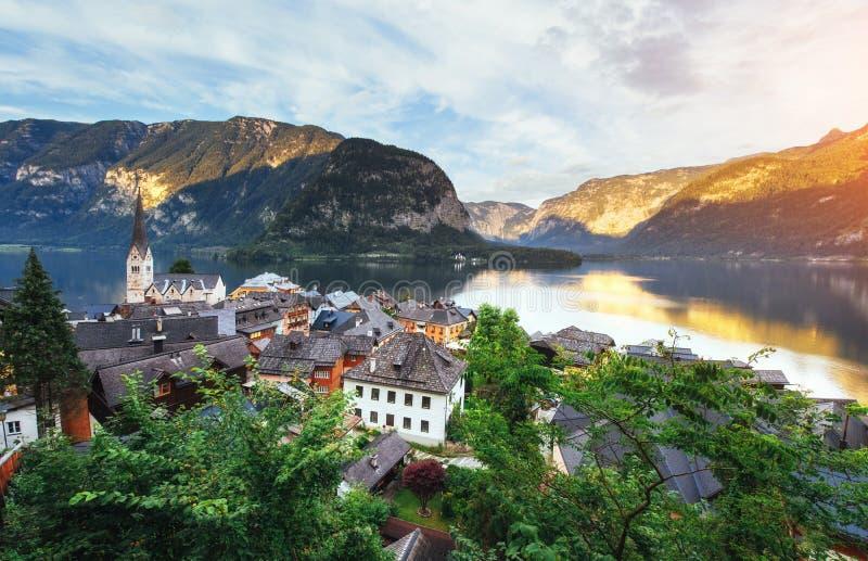 Vista da altura na cidade de Hallstatt entre as montanhas Áustria imagens de stock royalty free