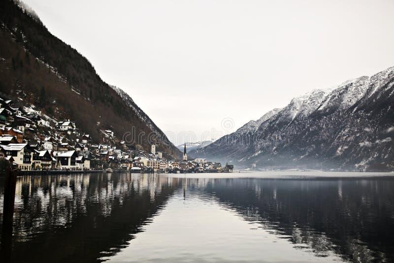 Vista da altura na cidade de Hallstatt entre as montanhas inverno de ?ustria foto de stock