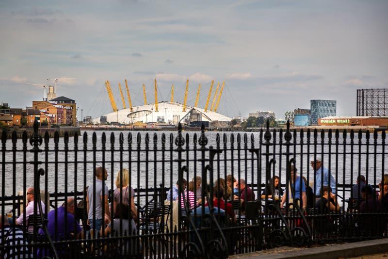 Vista da arena O2 através do rio Tamisa em Greenwich, Londres, Reino Unido fotografia de stock royalty free