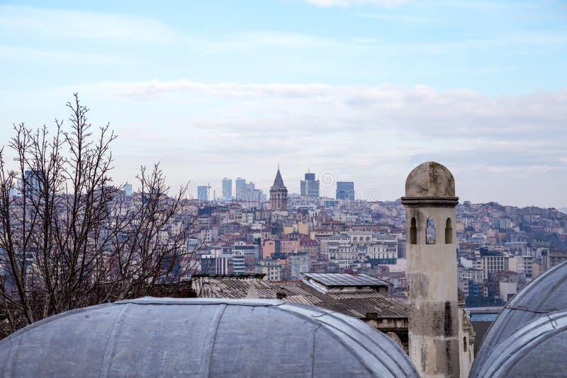 Vista da arquitetura da cidade com torre de Galata e do chifre dourado do jardim da mesquita de Suleymaniye imagens de stock royalty free