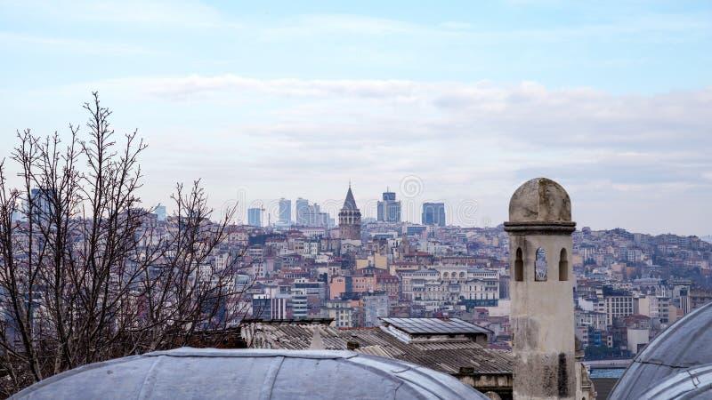 Vista da arquitetura da cidade com torre de Galata e do chifre dourado do jardim da mesquita de Suleymaniye fotografia de stock