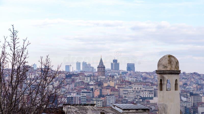 Vista da arquitetura da cidade com torre de Galata e do chifre dourado do jardim da mesquita de Suleymaniye fotos de stock