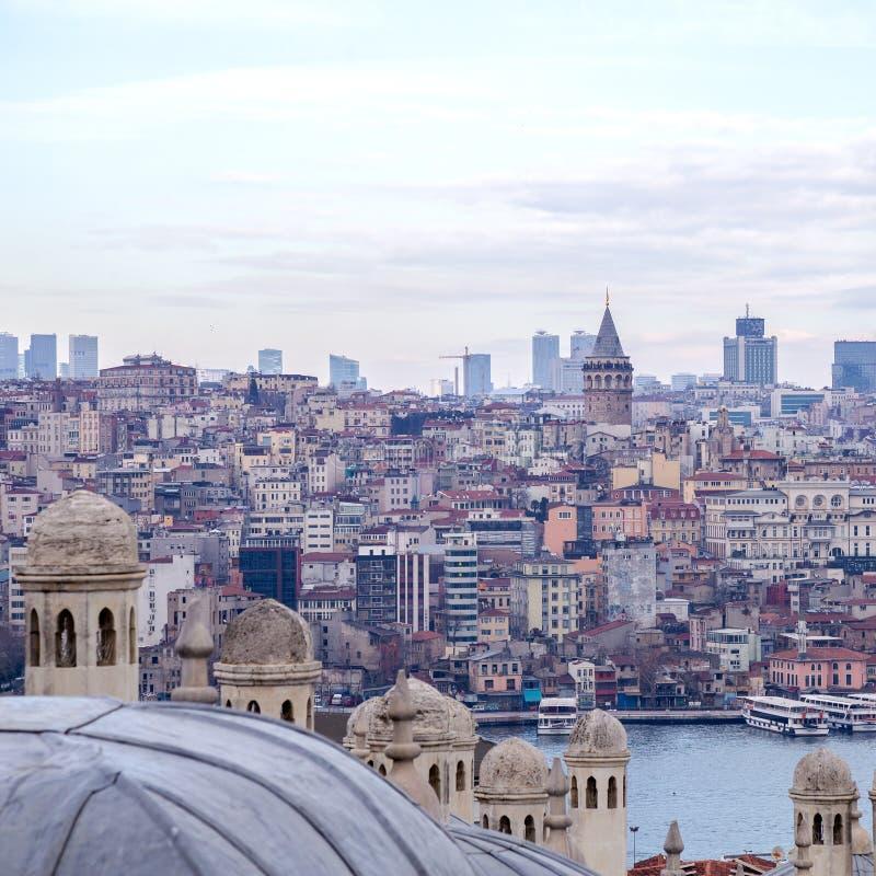 Vista da arquitetura da cidade com torre de Galata e do chifre dourado do jardim da mesquita de Suleymaniye foto de stock