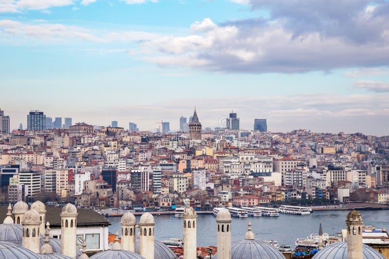 Vista da arquitetura da cidade com torre de Galata e do chifre dourado do jardim da mesquita de Suleymaniye imagem de stock royalty free