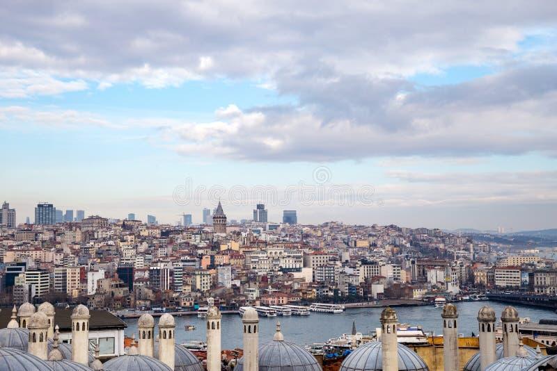 Vista da arquitetura da cidade com torre de Galata e do chifre dourado do jardim da mesquita de Suleymaniye foto de stock royalty free