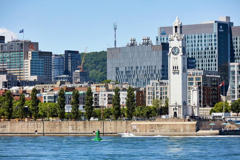 Vista da arquitetura da cidade de montreal, da torre de pulso de disparo memorável do marinheiro e do Rio São Lourenço em Montrea fotografia de stock