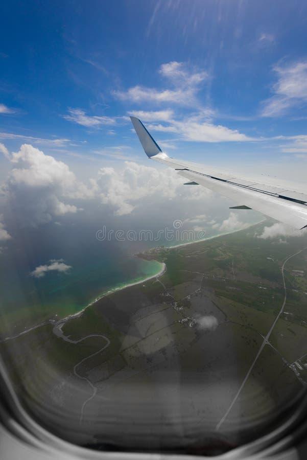 Vista da asa de um avião através da janela foto de stock