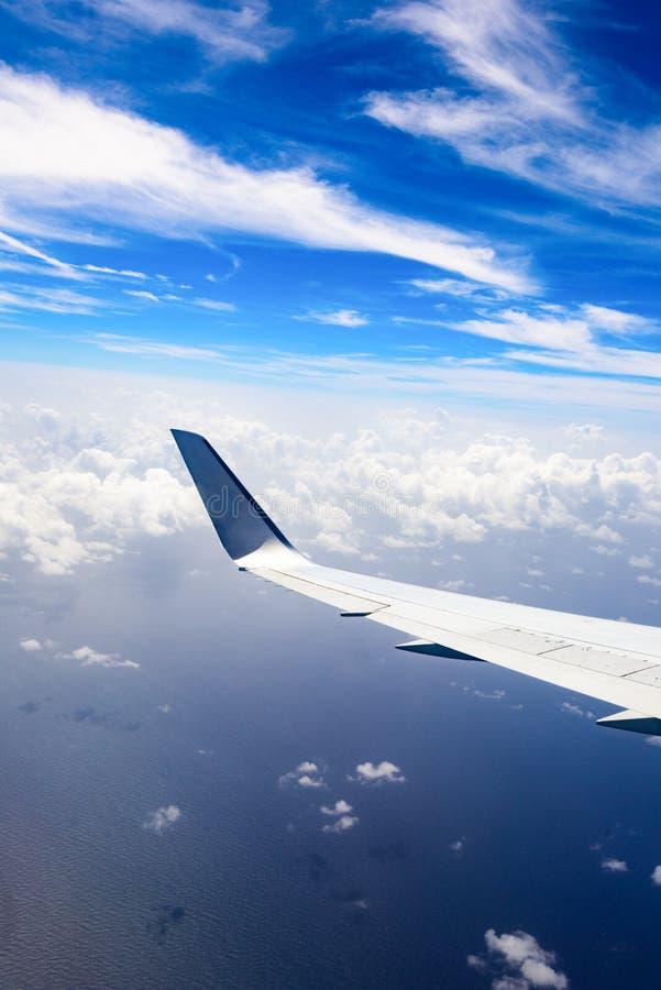 Vista da asa de um avião através da janela imagens de stock royalty free